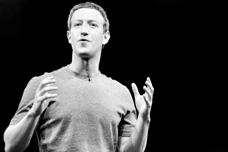 Facebook bojuje s dezinformacemi. Uživatelům nabízí ještě víc informací