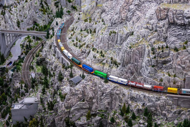 OpenRailwayMap: Prozkoumejte hustotu železnic po celém světě